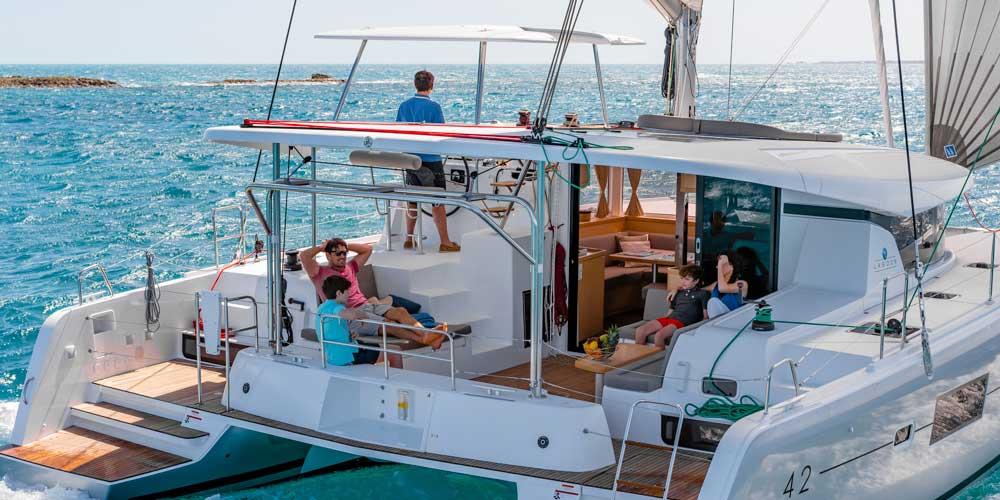 Catamaran Dubai - Oasis Palm Tourism